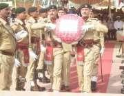 لاہور: یوم دفاع پاکستان کے موقع پر پاک فوج کے جوان یادگار شہداء پر پھول ..