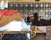 راولپنڈی: برف فروش گرمی کی شدت کم کرنے کے لیے آرام کر رہا ہے۔
