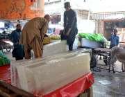 حیدر آباد: گرمی کی شدت میں اضافے کے ساتھ ہی برف کی مانگ بھی بڑھ گئی ہے۔