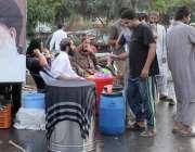لاہور: تحریک لبیک کے زیر اہتمام داتا دربار کے باہر دھرنے میں شریک کارکن ..