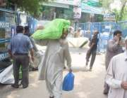 لاہور: پریزائیڈنگ آفیسرز پولنگ کا سامان لیکر جا رہے ہیں۔