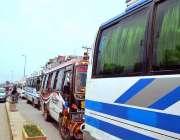 سرگودھا: انتخابات کے روز استعمال کے لیے ڈسٹرکٹ کورٹ کے باہر مسافر بسیں ..