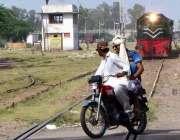 سرگودھا: موٹر سائیکل سوار ریلوے ٹریک کراس کر رہے ہیں جبکہ دوسری جانب ..