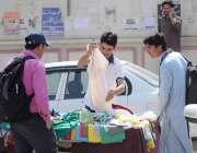 اسلام آباد: نوجوان سڑک کنارے ایک سٹال سے ٹی شرٹس پسند کر ہے ہیں۔