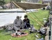 لاہور: نیلا گنبد میں ایک بزرگ کاریگر سائیکل تیار کر رہا ہے۔