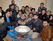 لاہور: رکن پنجاب اسمبلی وحید گل یوسی145میں کارکنوں کے ہمراہ اپنی سالگرہ ..
