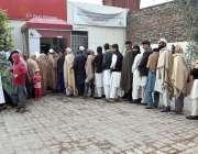 پشاور: شہریوں کی بڑی تعداد بے نظیر انکم سپورٹ پرگرام کے تحت اے ٹی ایم ..