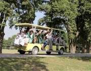 لاہور: جیلانی پارک میں طلباء و طالبات خصوصی گاڑی میں بیٹھ کر سیرو تفریح ..