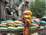 راولپنڈی: مزدور ریڑھی سے چاولوں کے تھیلے اتار رہے ہیں۔