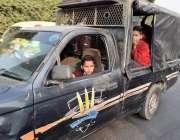 لاہور: پولیس اہلکار سرکاری گاڑی میں سکول سے چھٹی کے بعد بچوں کو بٹھا ..