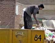 فیصل آباد: خانہ بدوش شخص کچرے کے ڈھیر سے کارآمد اشیاء تلاش کر رہا ہے۔