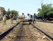 ملتان: ریلوے کے اہلکار ٹھیلے پر بیٹھے ریلوے ٹریک چیک کر رہے ہیں۔