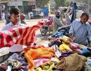 حیدر آباد: شہری باچا خان چوک میں لگے سٹالوں سے گرم کپڑے خرید رہے ہیں۔