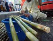 اسلام آباد: وفاقی دارالحکومت میں ایک دکاندار گنے کا رس نکالنے سے پہلے ..
