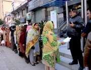 اسلام آباد: نادرا آفس کے باہر شہری بڑی تعداد میں نیا پاکستان ہاؤسنگ ..
