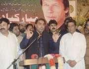 لاہور: تحریک انصاف کے نو منتخب رکن پنجاب اسمبلی نذیر چوہان کارکنوں ..