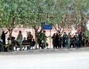 لاہور: شدید گرمی کے باعث ریلوے اسٹیشن کے باہر قلی مسافروں کے انتظار ..