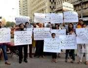 کراچی: سٹوڈنٹس کے والدین پریس کلب کے باہر سکول انتظامیہ کی جانب سے غیر ..