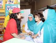 لاہور: مقامی ہوٹل میں منعقدہ حلال کانفرنس و نمائش میں طالبات ایک سٹال ..