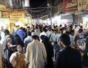 پشاور: عید کی تیاریوں میں مصروف شہری شفیع مارکیٹ سے خریداری کر رہے ہیں۔