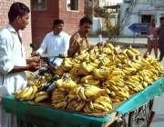 بہاولپور: شہری ریڑھی بان سے کیلے خرید رہا ہے۔