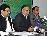 اسلام آباد: وزیر مملکت پروفیسر احسن اقبال پریس کانفرنس سے خطاب کر رہے ..