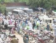لاہور: عام انتخابات کے لیے پولنگ کا سامان لینے کے لیے آنیوالے پریزائیڈنگ ..