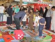 لاہور: ایکسپو سنٹر میں جاری نمائش کے موقع پر بچے بزل گیم کھیل رہے ہیں۔