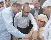 قصور: ڈپٹی کمشنر رانا محمد ارشد بچوں کو قطرے پلا کر تین روزہ پولیو مہم ..