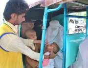 حیدر آباد: انسداد پولیو مہم کے دوران پولیو ورکر بچوں کو قطرے پلا رہا ..