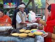 اسلام آباد: لوک ورثہ میں سالانہ لوک میلہ2018کے موقع پر خاتون پراٹھے بنا ..