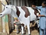 ملتان: محنت کش گائے کے ماڈل کو فائنل ٹچ دے رہا ہے۔