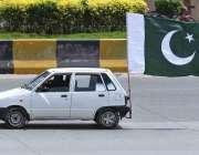 راولپنڈی: ایک کار کے پیچھے قومی پرچم لگایا گیا ہے۔