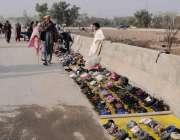 اسلام آباد: کھنہ پل روڈ کنارے محنت کش جوتے سجائے گاہکوں کا منتظر ہے۔