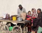 لاہور: ٹاؤن شپ میں خانہ بدوش بچیاں ریڑھی والے سے سموسے خرید رہی ہیں۔