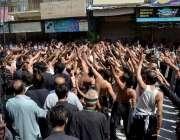 اٹک:8محرم الحرام کے جلوس کے موقع پر عزادار ماتم کر رہے ہیں۔