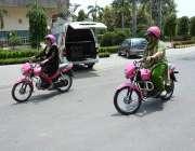 فیصل آباد: وویمن وہیل کمپین کے دوسرے بیچ کی کامیاب خواتین موٹر سائیکل ..
