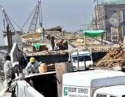 پشاور: مزدور شہر میں جاری تعمیراتی کام میں مصروف ہیں۔