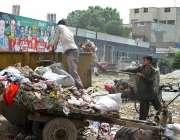 فیصل آباد: خانہ بدوش نوجوان کچرے کے ڈھیر سے کارآمد اشیاء تلاش کر رہے ..