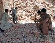 ملتان: مزدور نمک کوٹنے میں مصروف ہیں۔