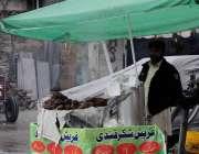 اسلام آباد: ریڑھی بان شکر قندی سجائے گاہکوں کا انتظار کررہا ہے۔