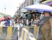 لاہور: داتا دربار کے قریب پولیس اہلکار الرٹ کھڑا ہے۔