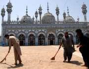 راولپنڈی: رمضان المبارک کی تیاریوں میں مصروف خادم قدیمی جامع مسجد کی ..
