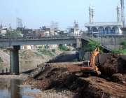 راولپنڈی: نالہ لئی کی ساتھ سڑک کے تعمیراتی کام کا منظر۔