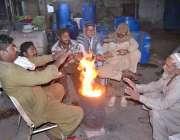 حیدر آباد: شہری سردی کی شدت سے بچنے کے لیے آگ تاپ رہے ہیں۔