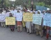 لاہور: فاروق آباد کے رہائشی بچی کی بازیابی کے لیے پریس کلب کے باہر احتجاج ..