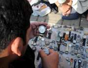 اسلام آباد: شہری آبپارہ بازار سے استعمال شدہ گھڑیاں پسند کر رہے ہیں۔
