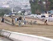 اسلام آباد: مزدور میٹر بس منصوبے پر تعمیراتی کام میں مصروف ہیں۔