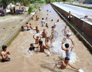 بہاولپور: نوجوان گرمی کی شدت سے بچنے کے لیے نہر میں نہا رہے ہیں۔
