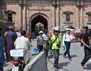 لاہور: صوبائی دارالحکومت میں ملائشین وفد دیہلی دروازے کا دورہ کررہا ..